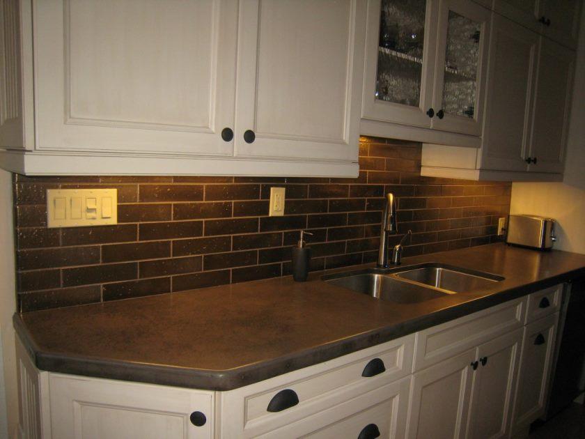 04-lille-køkken-dekoration-hjælp-sort-metro-flise-køkken-backsplash-inklusive-sort-granit-porcelæn-flise-køkken-bordplader-og-hvid-træ