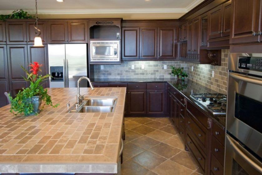 13-l-form-køkken-udsmykning-anvendelse-faststof-kirsebærtræ-køkken-skabslignende herunder-brun-travertin-flise-køkken-gulv-og-sort-granit-porcelæn-flise