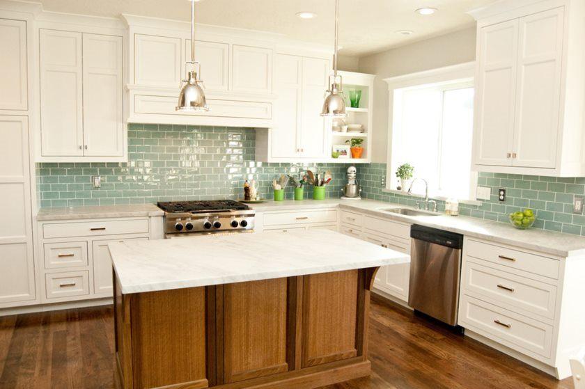17-metro-flise-grøn-glas-køkken-backsplash-hvide-kabinetter
