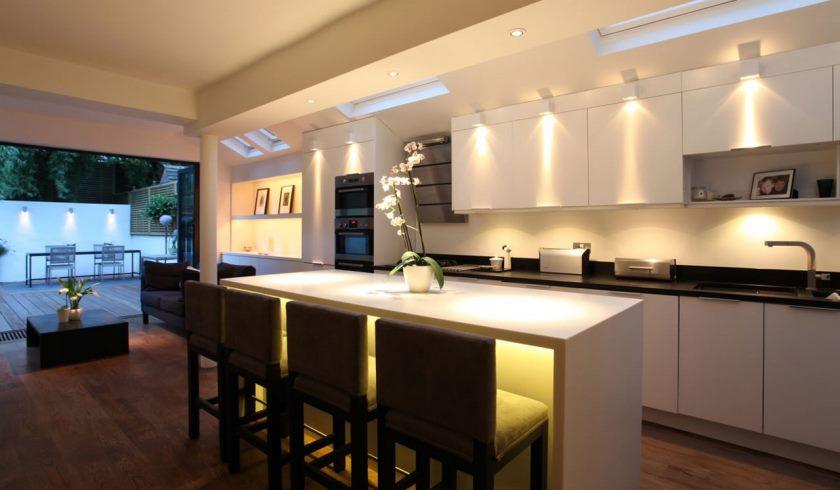 19-hvid-køkken-design-og-dekoration-anvendelse-gul-ledede lys-under-køkken-skabslignende herunder lys-soft-beige-køkken-væg-maling