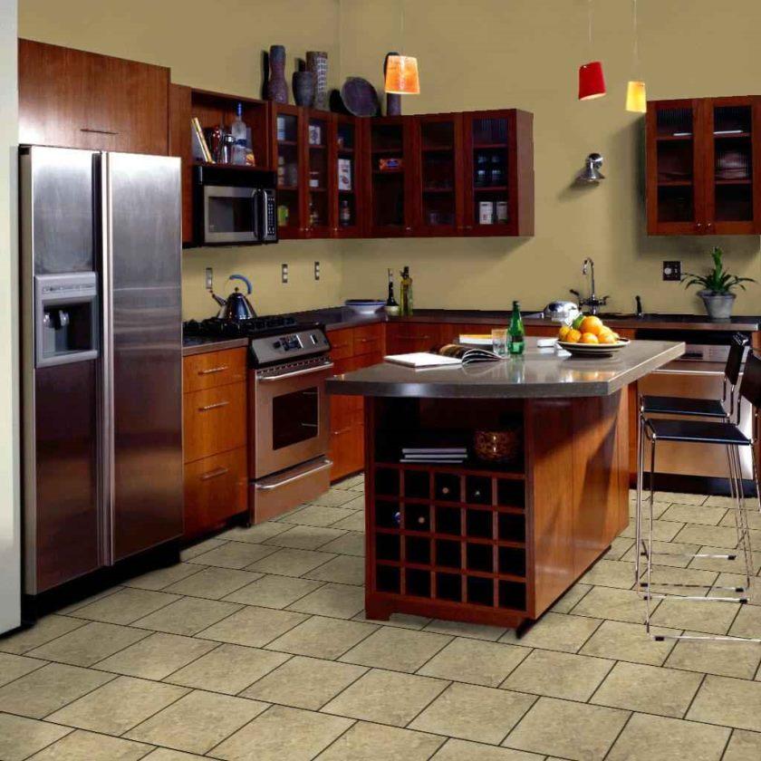 mursten-køkken-flise-gulv-køkken-idé-i-hjem-køkken-med-laminat-brune-frysere-møbler