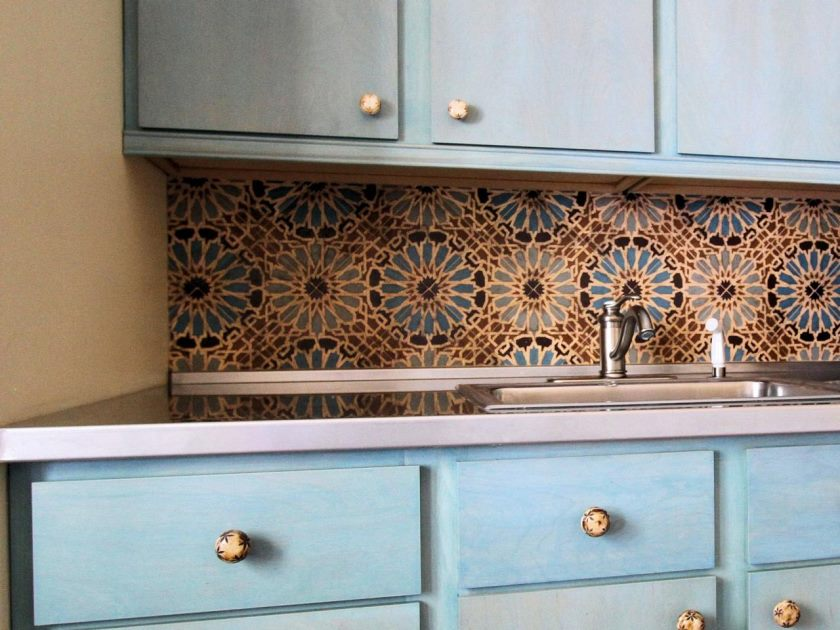 charmerende-motiv-mønstrede-on-backsplash-flise-ideer-of-traditionel-køkken-med-tosca-farvet-lagring