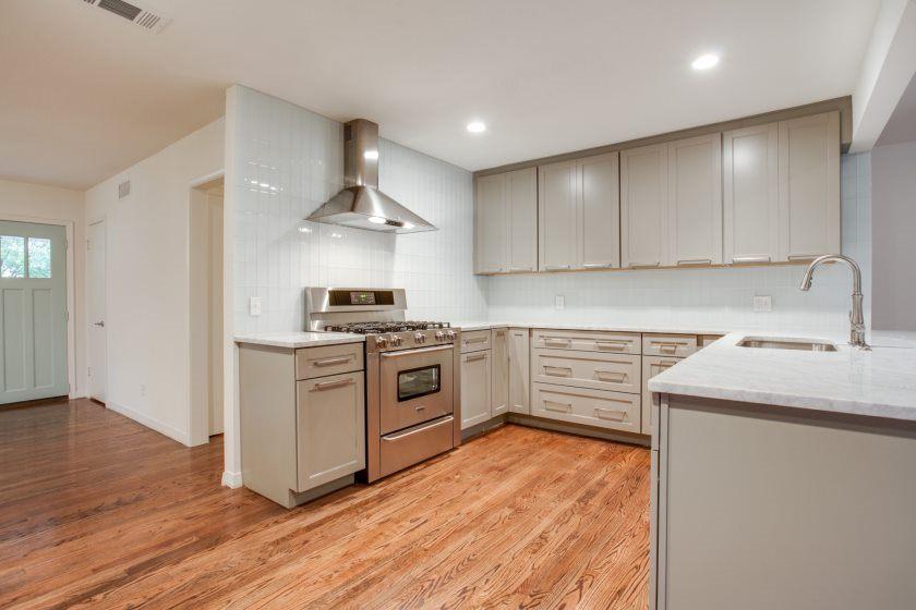 imponerende-plain-hvid-køkken-metro-flise-til-opfylder-grå-indretning-og-træ-gulve