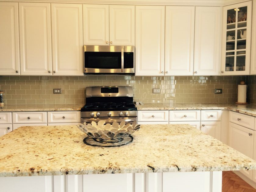 khaki-glas-fliser-køkken-backsplash-med-hvide-frysere-granit