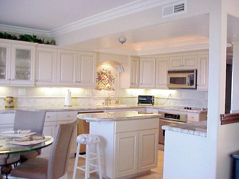 luksus-og-smuk-hvid-køkken-look-så-charme-køkken-beige-l-smuk-køkken-inspiration-billede