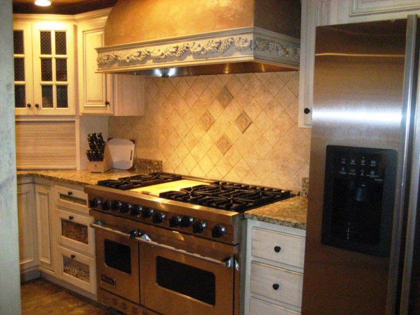moderne metal-køkken-komfur-med-køkken-hood-design-og-flise-backsplash-også-granit-ø-køkken-design-ideer-og-hvid-træ-kabinet-også-skuffer-1024x768