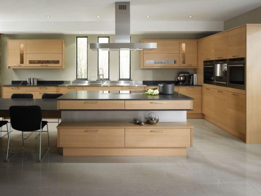 åbent-køkken-idé-med-træ-kabinet-og-ø-design-og-mørke-granit-bordplader-og-dejlig-breakfast-bar-også-rustfrit stål-skorsten-og-tall-windows-and beige-gulv-flise-1024x769
