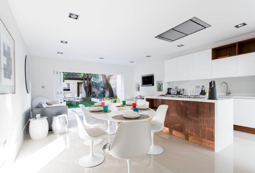 open-de-døre-to-the-baggård-the-klassiske-hvid-køkken-cum-spisning-værelse-kommer-med-lexmod-Eero-Saarinen-stil-Lippa-tulipan-spisning-side-stol-set- af-4-i-hvid-keramik-gulv-og-en-sofa32