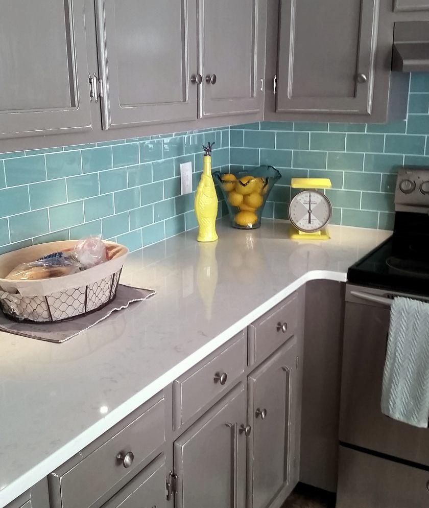 salvie-grøn-glas-metro-flise-køkken-backsplash