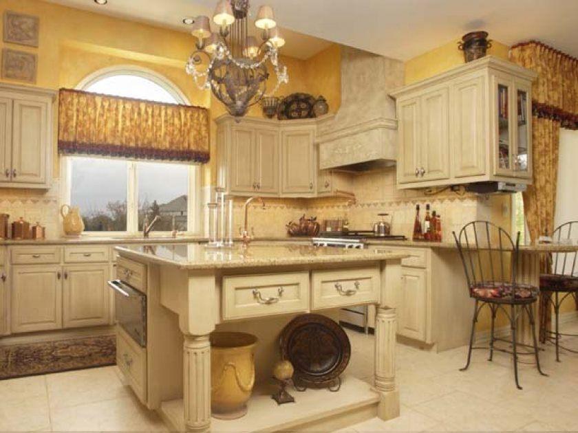 toscanske-køkken-smukke-toscanske-italiensk-køkken-indretning-med-have-charmerende-lysekrone-design-og-toscanske-væg-maleri-også-square-køkken-ø-og-beige-køkken-skab