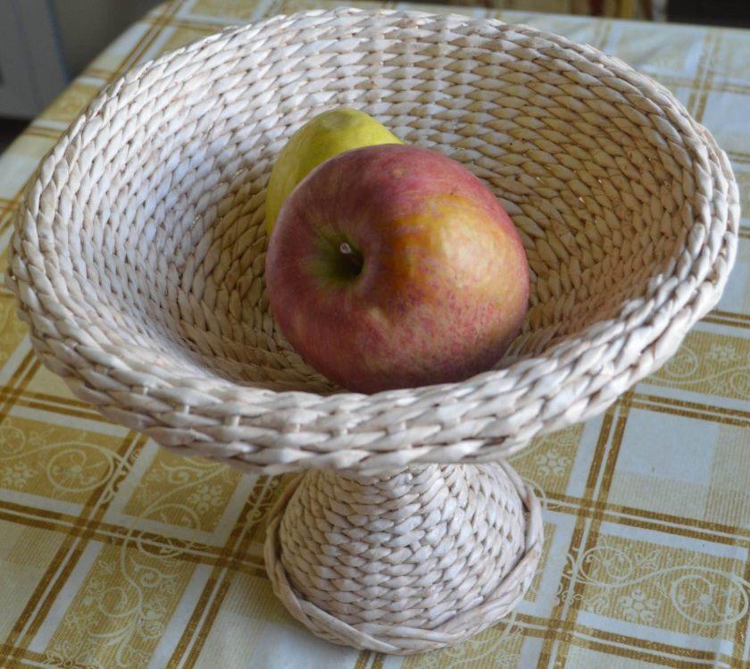 vaza-dlya-fruktov-iz-gazetnyx-trubochek