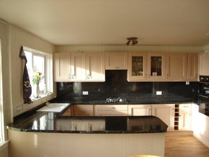 fantastisk-blå-væg-maling-farve-til-kitchen_three-lys-hvid-hvirvel-cafe_small-køkken-layout-ideas_g-formet-køkken-designs_kitchen-væg-shelf-enheder