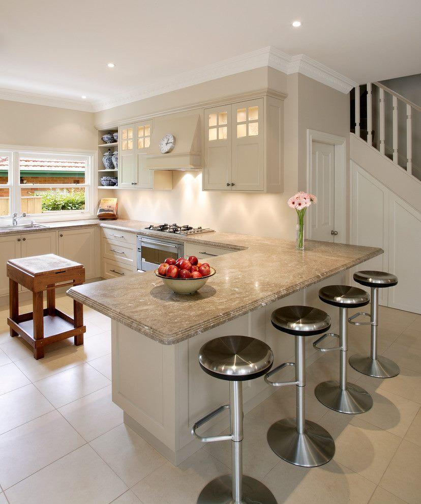 beige-køkken-frysere-køkken-overgangsperiode-med-bar-taburet-beige-kabinetter