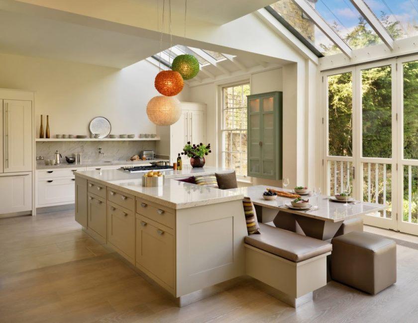 beige-køkken-design-med-træ-køkken-ø-design-moderne-og-minimalistisk-køkken-med-spisebord-også-have-moderne-design-køkken-design-med-ø-køkken-øen- 1024x792