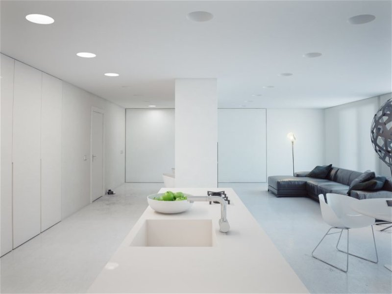 dizajn-beloj-kvartiry-studii-v-stil-minimalizm13