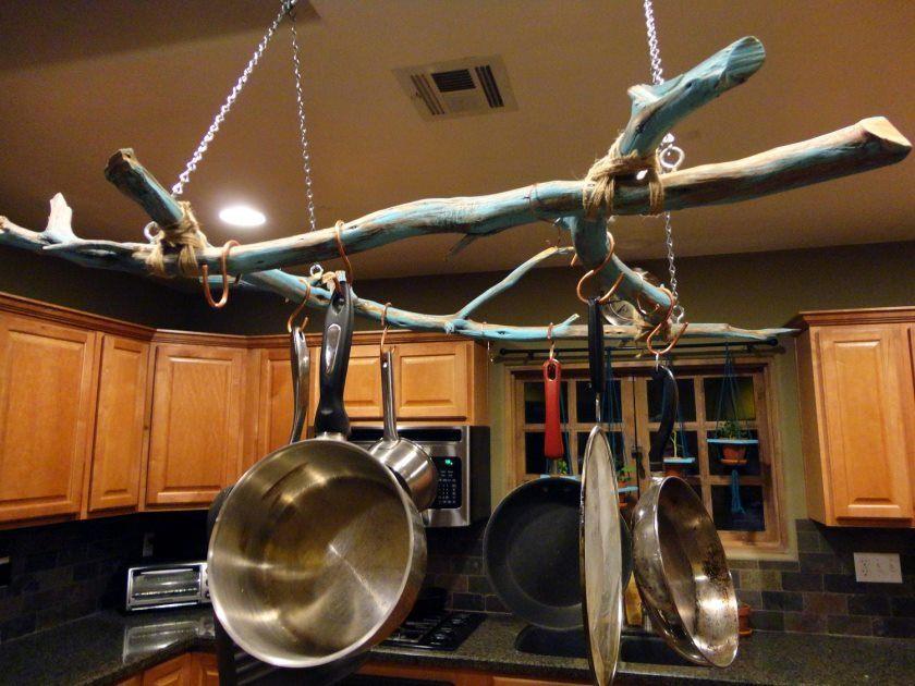 nem DIY-hængende-lagring-krukker-og-pander-fra-loft-med-gren-over-ø-in-the-middle-køkken-rum-ideer