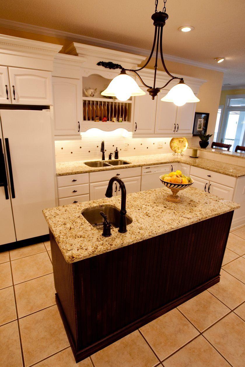 møbler-køkken-granit-top-på-brun-træ-køkken-ø-med-krom-metal-Undermount-vask-plus-sort-poleret-jern-hane-små-køkkener-med-øer