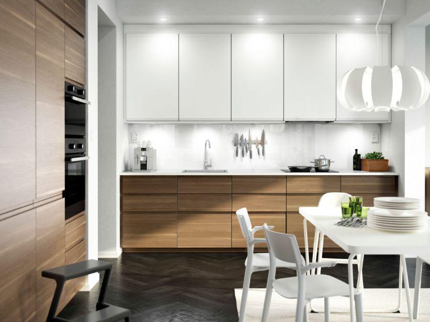 smukke-små-spise-i-ikea-køkken-design-features-smuk-hvid-slut-køkken-frysere-og-sort-single-sildeben-parket-mønster-træ-gulv-også-hvid-slut-rectangular- spisebord-som-godt