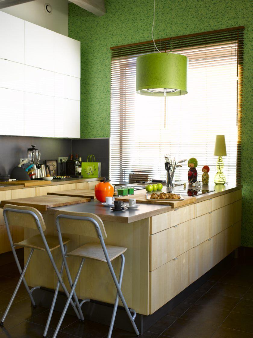 ideer-fængende-lille-køkken-ø-med-plads-ikea-og-lime-grøn-vedhæng lys-også-slagter-blok-dækkeserviet-og-faux-træ-horisontale-persienner
