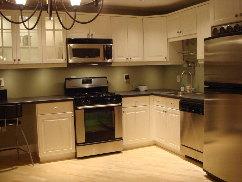 køkken-fantastisk-form-ikea-design-tjenester-med-hvid-træ-kabinet-inklusive-grå-granit-counter-toppe-og-birk-vinyl-gulv-charmerende-billede-dejlige