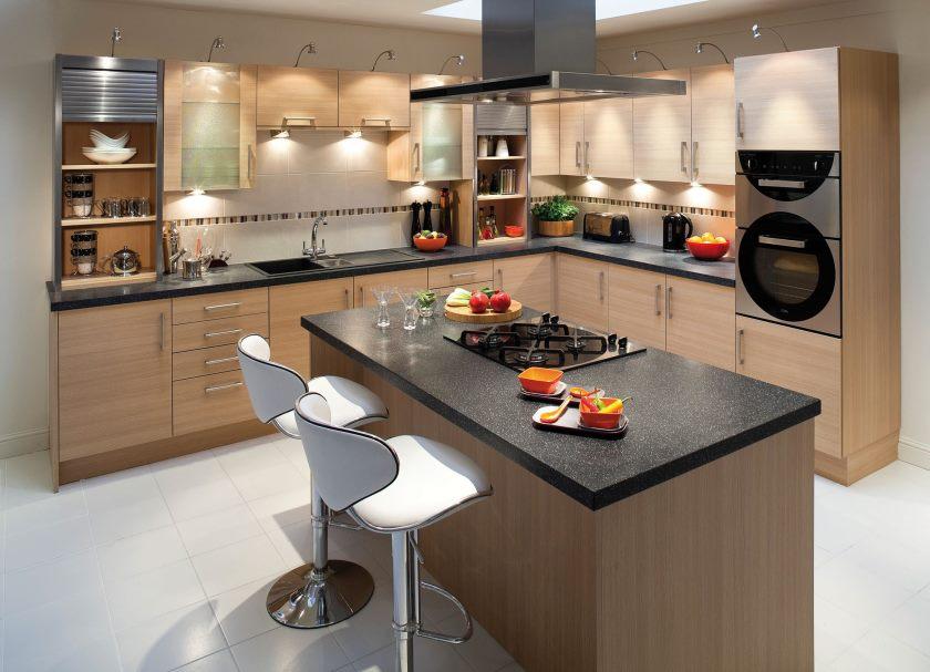 køkken-møbler-l-formede-lysebrunt-skabslignende kombineret-med-køkken-ø-anvendelse-sort-granit-bordplade-køkken-frysere