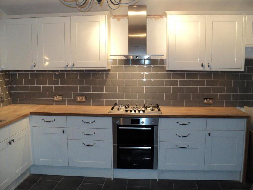 køkken-Shuki-køkkener-med-mørkebrun-væg-og-gulv-fliser-design-det-bedste-og-den-største-køkken-fliselægning-samling