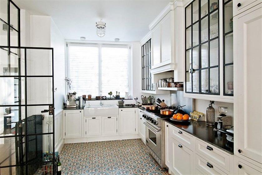 køkken-flise-gulv-med-hvide-kabinetter