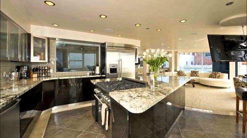luksuriøse-genert-beige-moderne-køkken-idéer-taupe-blanke-kabinetter-set-trekant-formet-ø-luksus-elfenben-klassiker-odder-brun-moderne-chokolade-træ-okker-sne-djærv-unfinished- antik