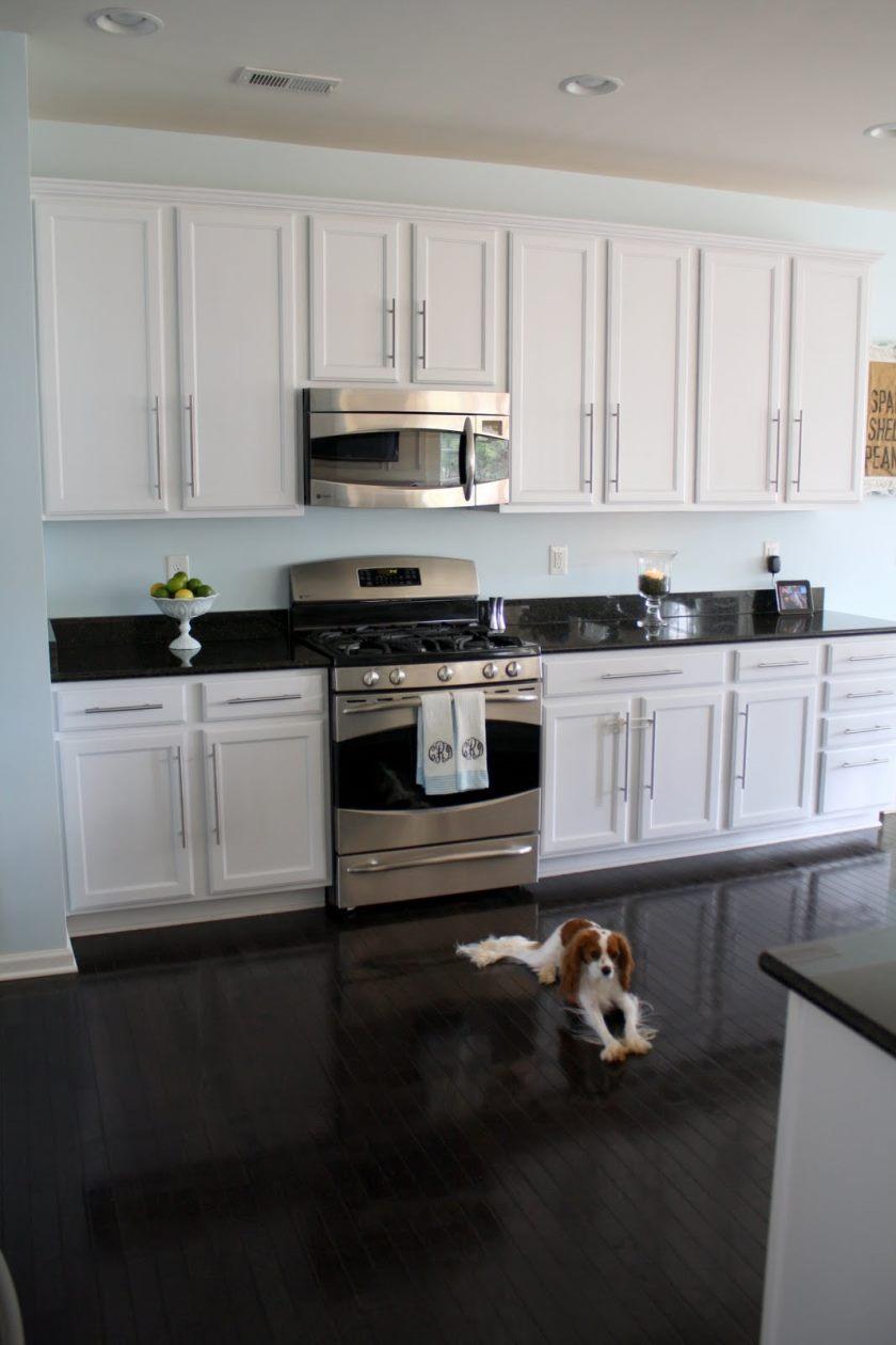 forunderlige-hvid-køkken-med-mørke-gulv-og-pæne-loft-lys-ideer