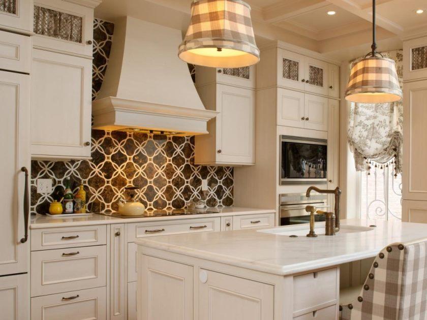 vægmaleri-brun-køkken-backsplash-design-ideer-beige-køkken-tema-med-vedhæng-lampe-design-køkken-backsplash-ideer-1024x768