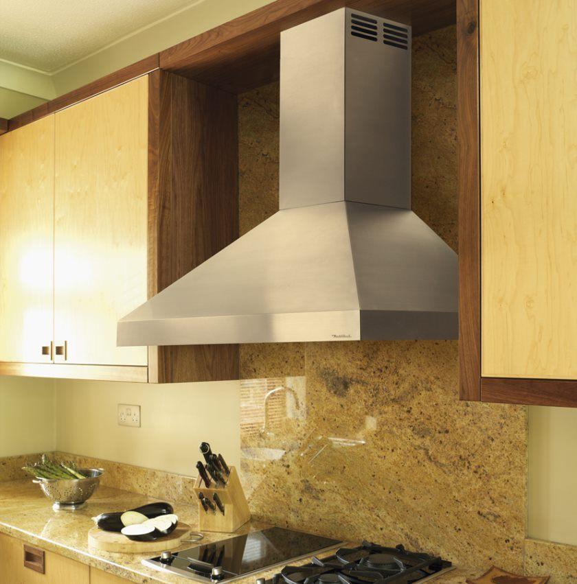 fremragende-køkken-emhætte-med-krom-Cementere-kombineret-træ-væg-kabinet-også-marmor-back-splash-og-sort-jern-komfur-featuring-massive-køkken-apparater-ideer-chromed- køkken-emhætte-ki
