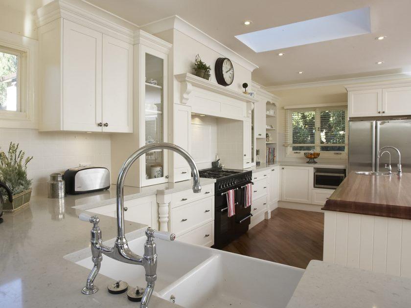 perfekt-restaurant-køkken-design-inspirerende-french-white-provins-køkken-områder-med-krom-hane-dræn-elegant-cabinetary-og-ovne-også-lamineret gulv-rum
