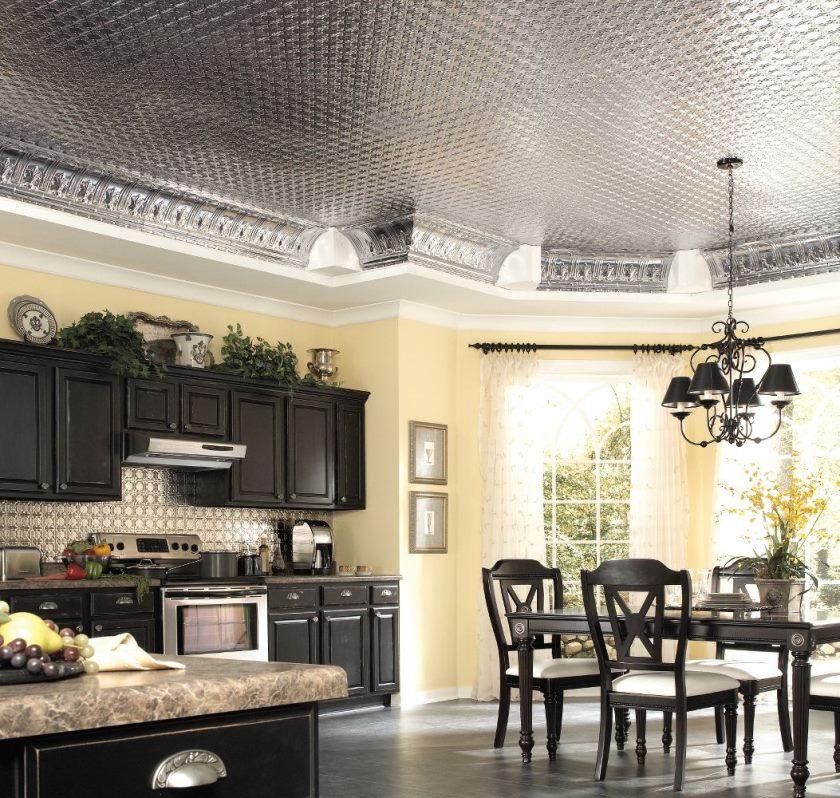 plain-creme-køkken-væg-maling-farve-baggrund-kontrast-med-sort-interiør-set-under-blank-loft-flise-design