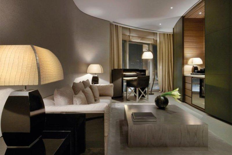 sovremennyj-dizajn-interera-gostinoj-komnaty-armani-hotel-dubai-01