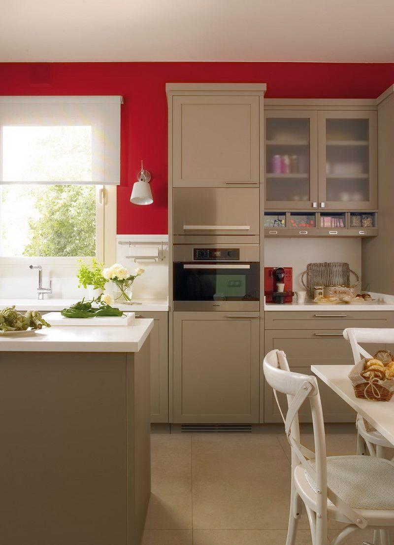 kvadrat-stue-værelse-ideer-moderne-beige-køkken-med-rød-vægge-8