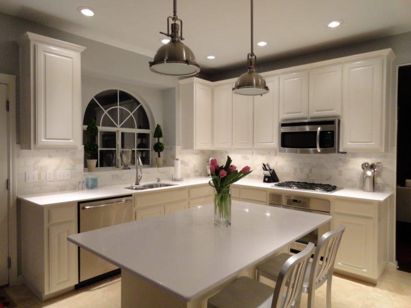 vintage-køkken-ikea-white-kvarts-bordplader-køkken-calacatta-marmor-metro-flise-backsplash-satin-nikkel-vedhæng-belysning-hvid-lamel-back-counter-afføring