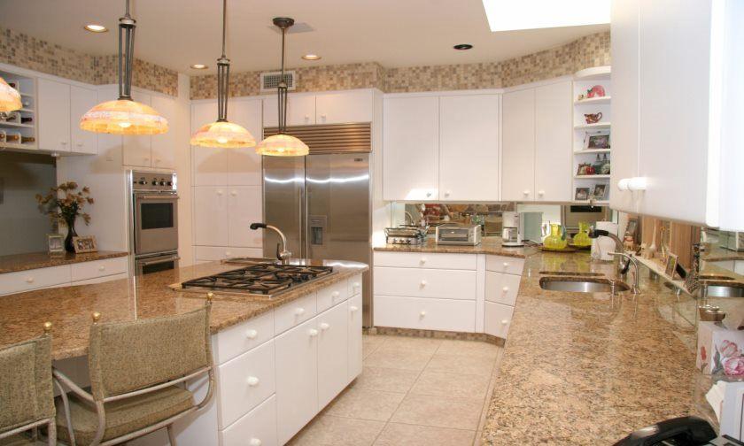 hvide-køkken-frysere-med-beige-granit-hvide-køkken-frysere-med-mørke-bordplader-0cbcd411a717750d
