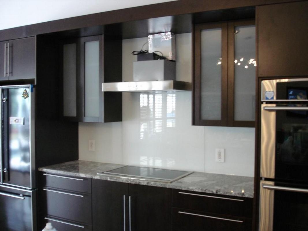 04-køkken-udsmykning-design-ideer-bruger-klar-glas-køkken-backsplash-inklusive-solid-mahogni-espresso-træ-køkken-skab-og-gre