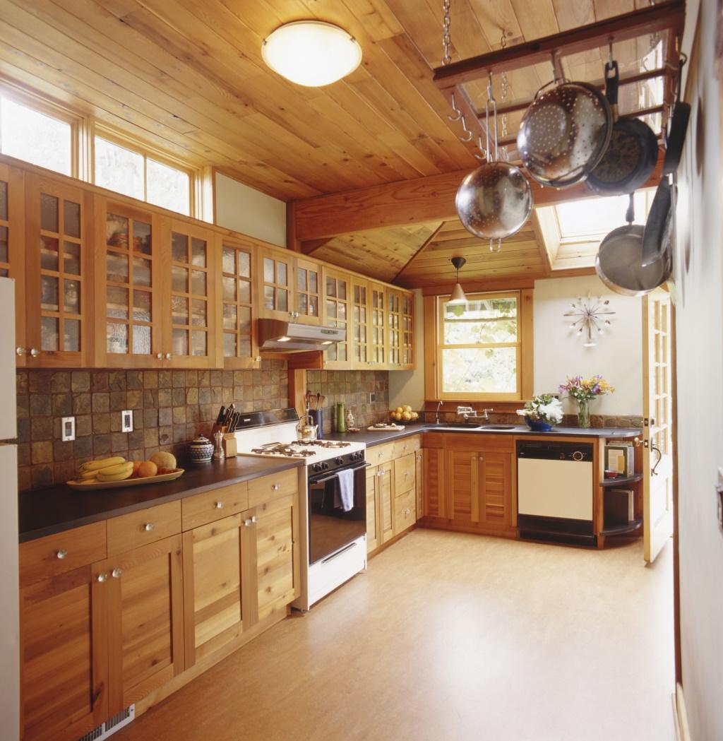 interiør i et køkken, der blev ombygget ved hjælp af genvundne og økologiske lydmaterialer.