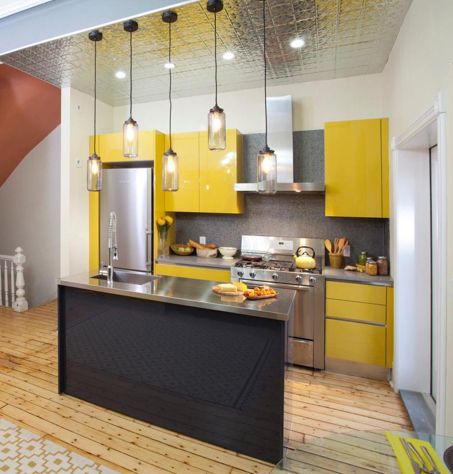 11-bringer-gul-og-metalliske overflader-small-køkken-design-homebnc