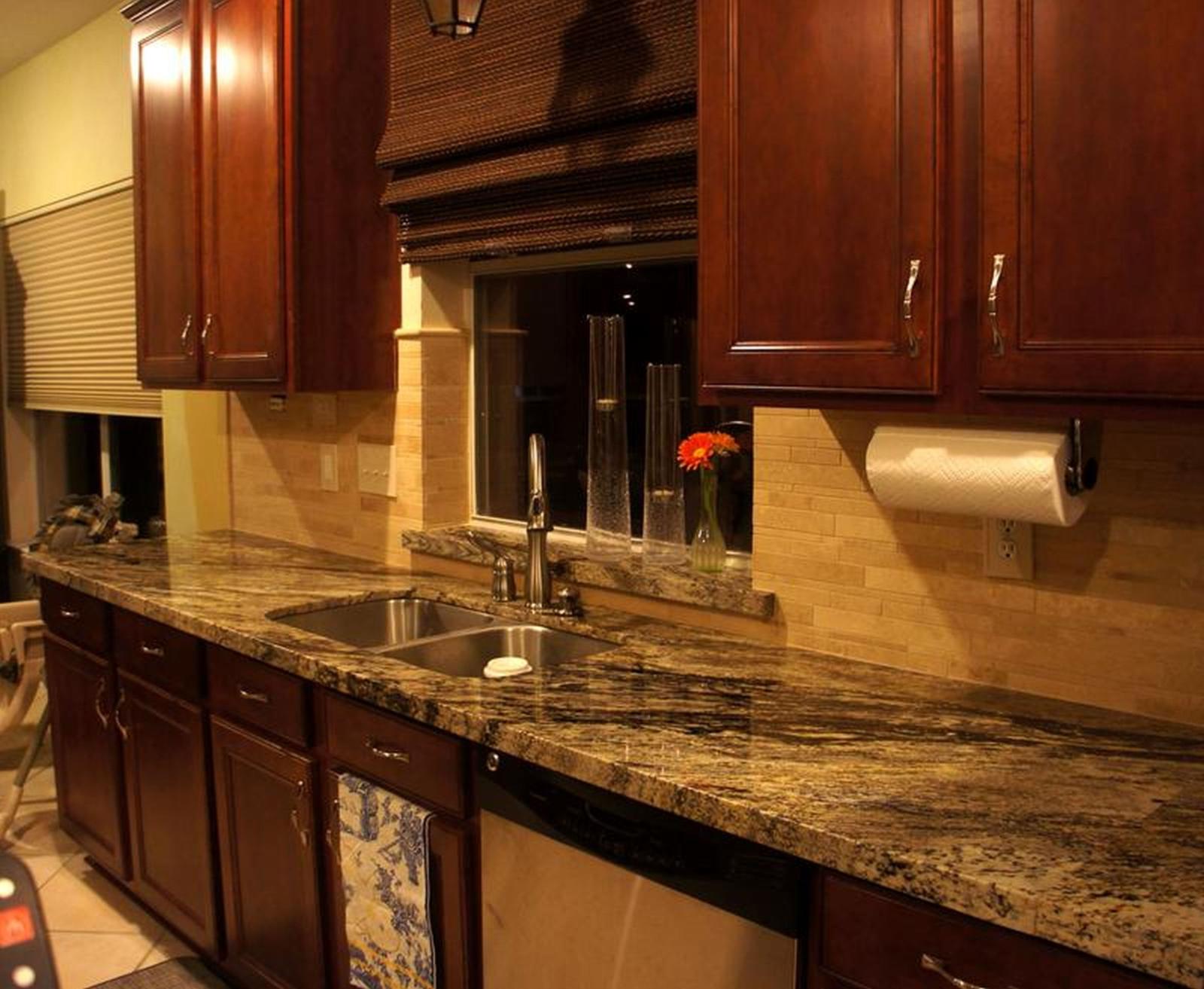 8-backsplash-ideer-til-små-køkkener-bruger-neutrale-farver-marmor-sten-i-piedestal-køkken-bord-med-en-vask-lavet-af-rustfrit stål-mere-luksuriøse-and meget naturlige-spacehistoreis-com_