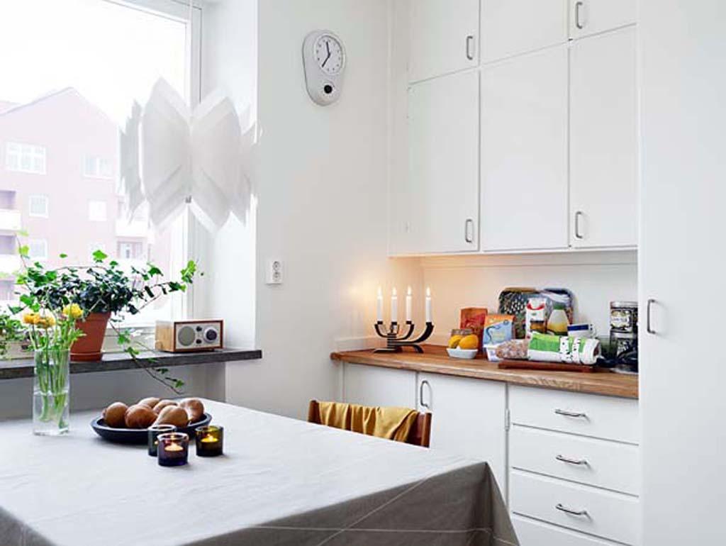 lyse-hvid-tema-køkken-designet-i-lejlighed-interiør-design-møbleret-med-moderne-køkken-møbler