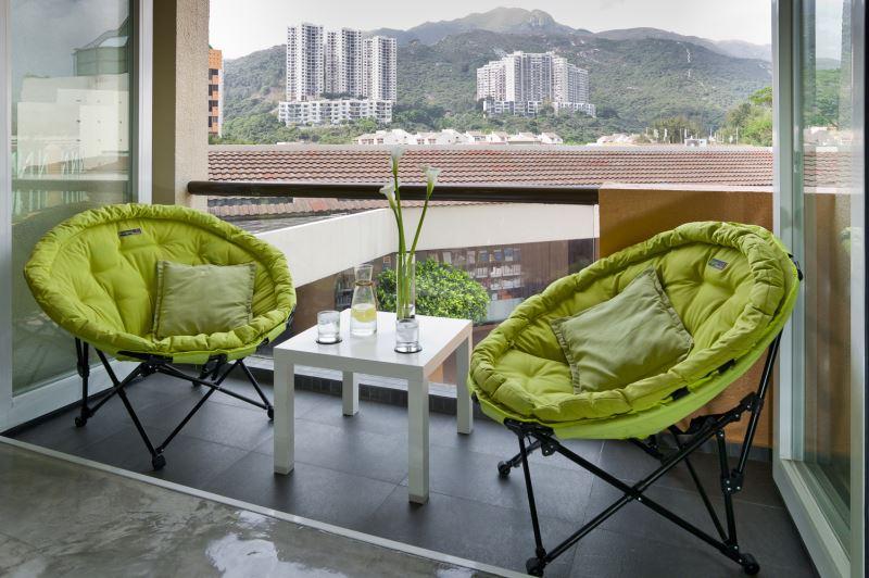 herlig-grøn-farvet-ikea-folde-stole designet-med-unik-koncept-on-små-veranda