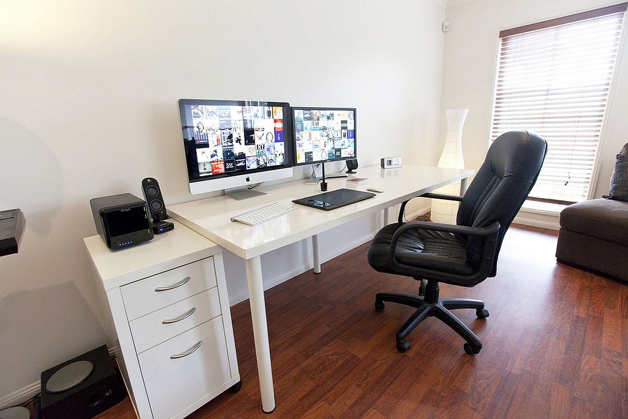 ikea-linnmon-Adils-computer-skrivebord-setup-med-skuffe-til-dual-skærme