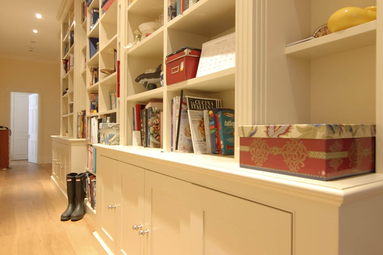 grand-couloir-bibliothèque-sur-mesure-avec-placards-2