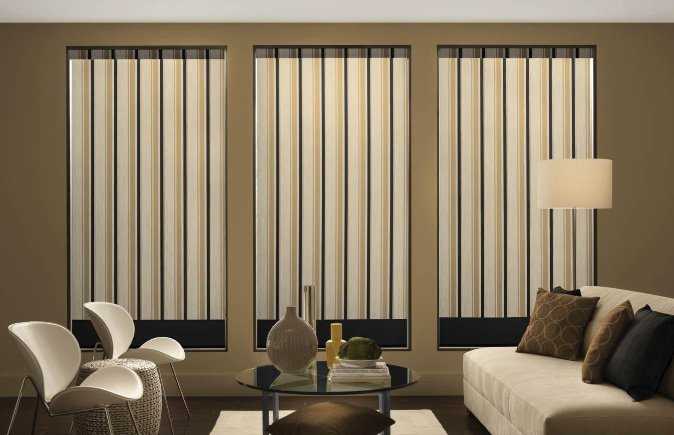 moderne-stue-gardiner-design-med-hvide-stole-og-glas