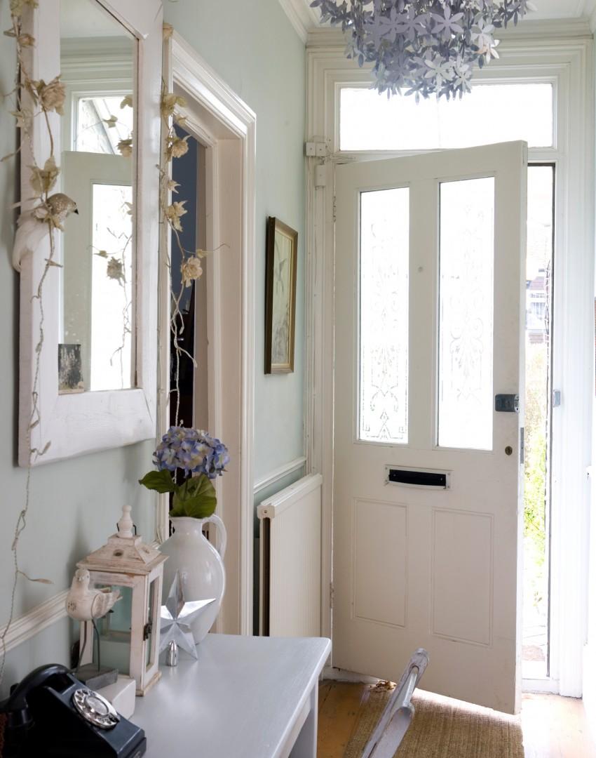 couloir-vert-pâle-avec-lustre-floral-argent