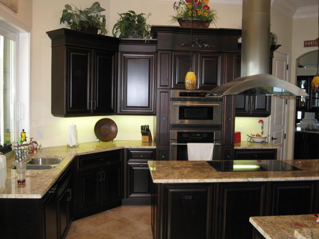 parfait-idée-de-bois-noir-armoires-de-cuisine-avec-comptoir-en-granit-aussi-poêle-moderne