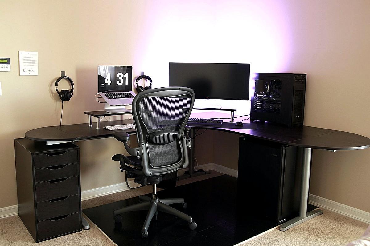 enkel-Battlestation-med-ikea-Galant-bekant-desk-i-sort