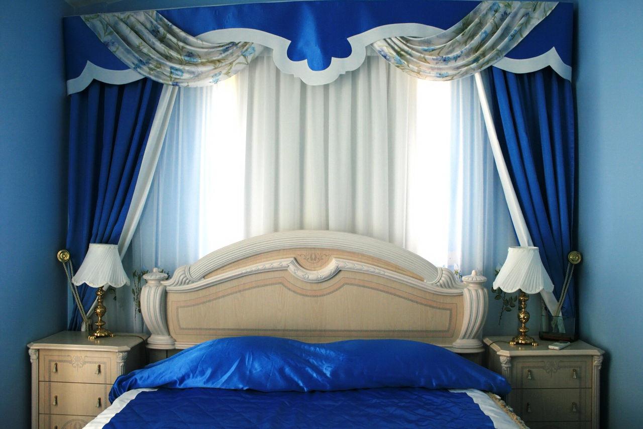 sinii-Cvet-v-spalne-3